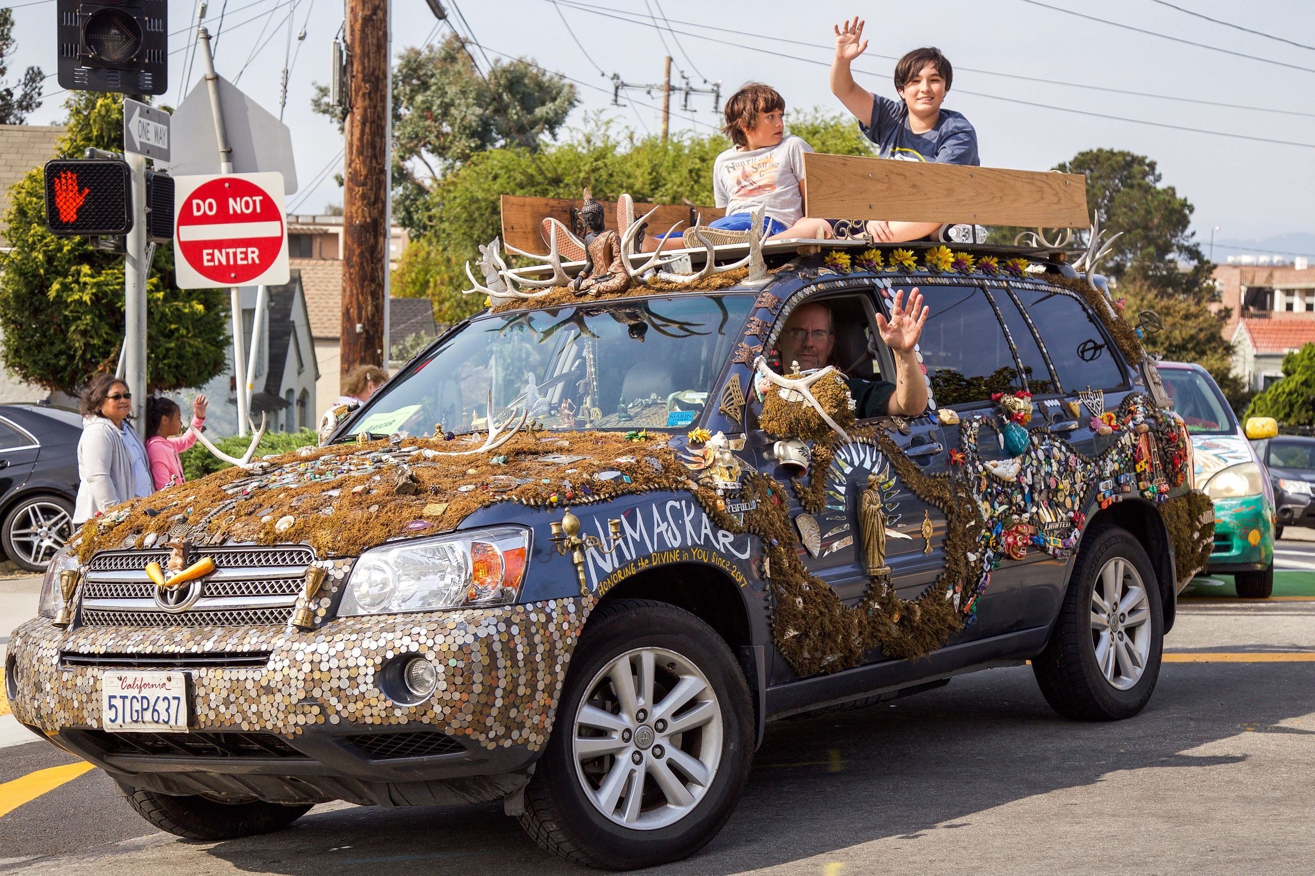 267 art car 2 in Parade - Photo by Marin Stuart